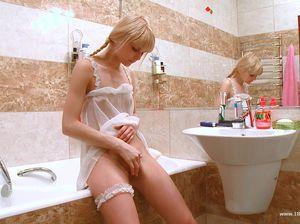Русская девчонка с косичками сделала глубокий минет и отлично трахнулась в уборной