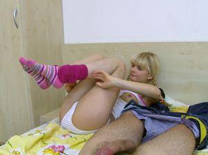 Молодая жена с маленькими сиськами сосет своему мужу
