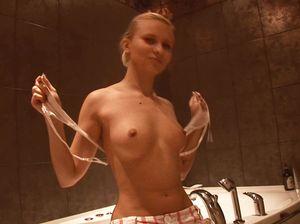 Стройная деваха дрочит пизду в ванной