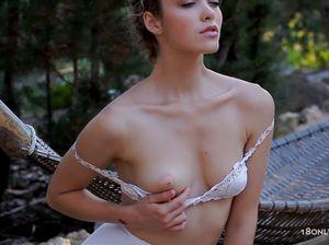 Молодая русская красавица позирует голой перед камерой