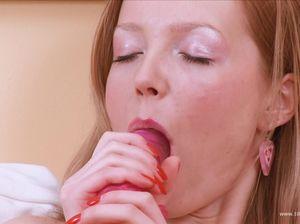 Шлюшка мастурбирует свою мохнатку