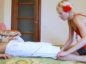 Девушка в нейлоновых чулках делает минет спящему парню