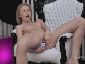Худышка ласкает попу пальцами и секс игрушкой