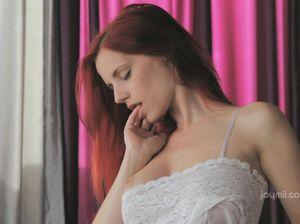Романтическая рыжая стройняшка сладко мастурбирует волосатую письку