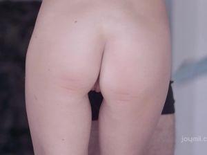 Тонкая белокурая бестия с маленькой грудью сосет и скачет на толстом пенисе