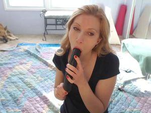 Зрелая куколка мастурбирует на вебку разными секс игрушками
