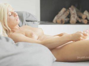 Блонда вспоминает о любовнике и дрочит пизду