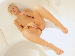 Блондинка разминает дырочку перед приходом любовника