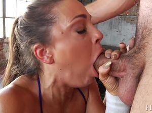 Спортсменка с большими сиськами сосет толстый хуй и дает после тренировки