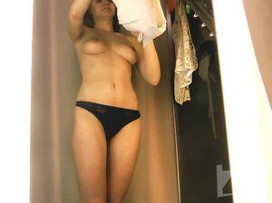 Милашка не знала, что в примерочной установлена скрытая камера и оголила свои прелести