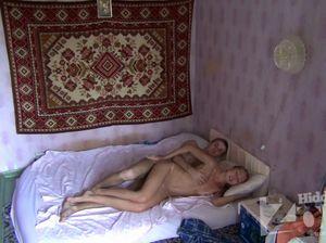 В позе на боку русский парень жарит манду подруге