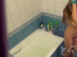 Худенькая телка засветила свою пизду и сиськи на камеру в ванной