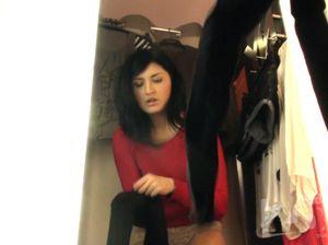 Скрытая мини камера в примерочной уловила обнаженные сиськи девки
