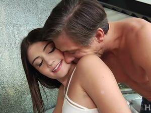 Молодая милашка громко стонет во время интенсивного секса