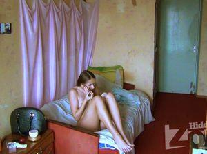 Брат подсматривает за голой сестрой через скрытую камеру