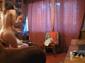 Скрытая камера в спальне показала переодевание молодой девицы