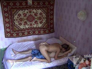Русский парень лижет пизду подружки пока родителей нет дома