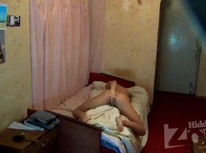 18-летняя сучка трется клитором об одеяло перед скрытой камерой