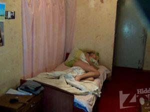 Девушка лежит под одеялом, расставив ноги