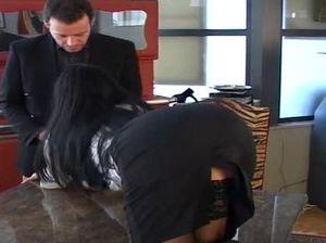 Начальник выебал красивую секретаршу на своем столе