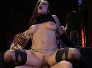 Сексуальная героиня трахнула в переулке злого соперника