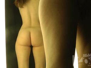 Леди с голой попой сверкает бритой писей в кабинке для переодевания