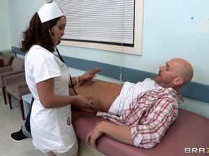 Лысый из Браззерс выебал очаровательную медсестричку