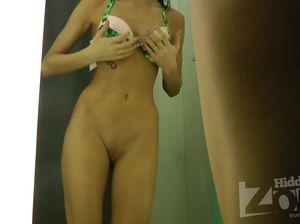 Брюнетка показала пизду на скрытую камеру во время примерки белья
