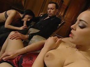 Нарезка сцен с сексом двух развратных подружек