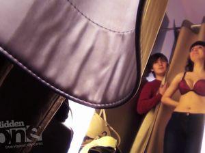 Скрытая камеря сняла примеряющую бюстгальтер телочку