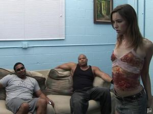 Давалка отдается сразу нескольким мужчинам и глотает сперму