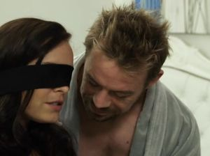 Парень завязал глаза брюнетке и вылизал ее письку перед аналом