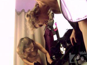 Сексапильная сучка засветила сиськи и манду в кабинке для переодевания