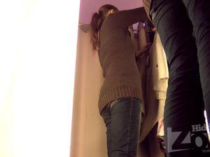 Девушка в джинсах раздевается в примерочной под скрытой камерой