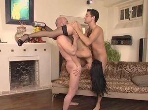 Служанка в чулках трахается с хозяином и его другом