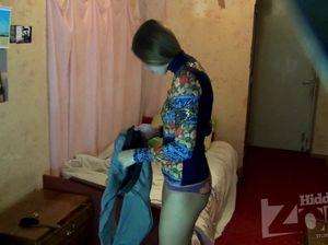Миниатюрная милашка сверкает голыми титями перед скрытой камерой
