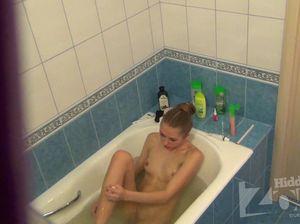 Молодая девчонка бреет ноги  в ванной и не знает, что там установлена скрытая камера