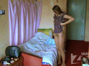 Русская сучка с приятным телом переодевается в спальне