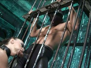 БДСМщица выпустила рабов с клетки и позволила себя выебать