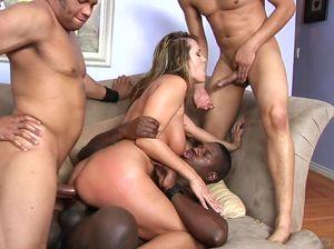 Сучка принимает участие в ганг банге с чернокожими самцами