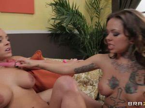Лесбийская госпожа трахается со своей рабыней