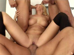 Три мужика резво толкают члены в дырки блондинки на каблуках