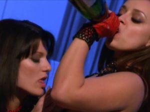 В романтической обстановке лесби самотыком долбит пизду и попу подруге