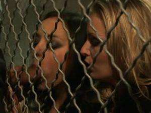 Мент ебет двух проституток в женской тюрьме