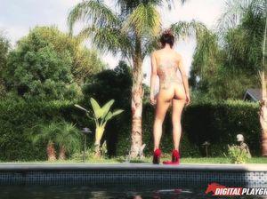 Татуированная красотка и ее хахаль занялись сексом в бассейне
