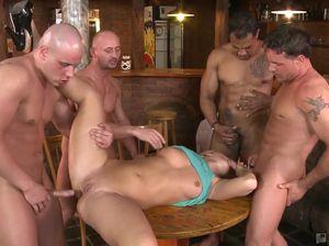 Официантка во все отверстия ебется с клиентами в баре
