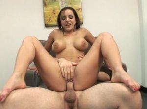 Небритый молодой сосед занимается сексом с пышногрудой девушкой