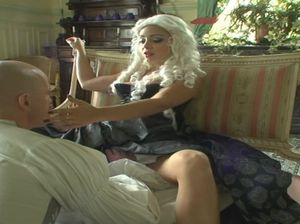 Леди в средневековом платье мило трахается с двумя мужиками