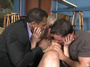 Четыре парня трахают во все дырки сексапильную блондинку