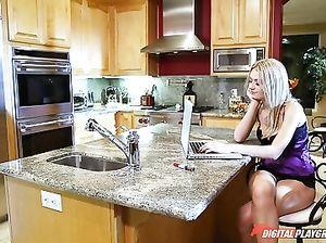 Сосед по квартире присунул скучающей блонде в анал